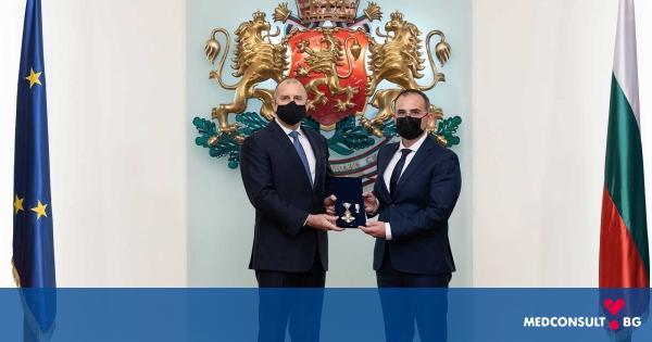 Президентът Румен Радев удостои двама лекари от Александровска болница с най-високи държавни отличия