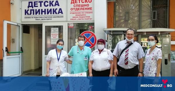 """Посолството на САЩ изненада с подаръци децата в 2 клиники на УМБАЛ """"Свети Георги"""" -Пловдив"""